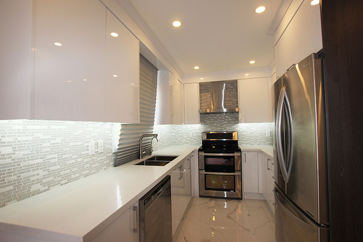 Modern Kitchen Combination Of High Gloss And Matte Cabinet Doors Richmond  Hill